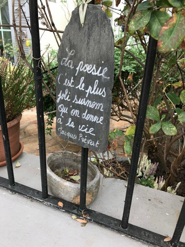 Citation sur plaque ardoise devant maison