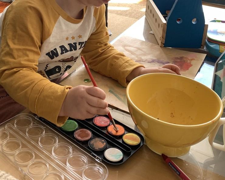 découvrir la peinture à l'eau à deux ans