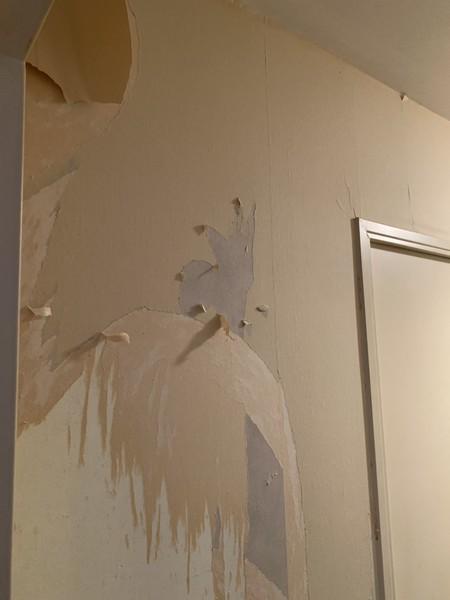 plusieurs couches de papier peint couloir