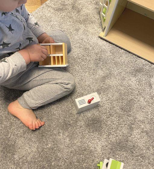 Jouer avec une maison en bois