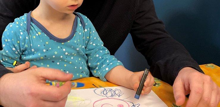 Dessiner avec les pastels à l'huile DJECO de la BOX TINILOO KIDS 3/7 ans